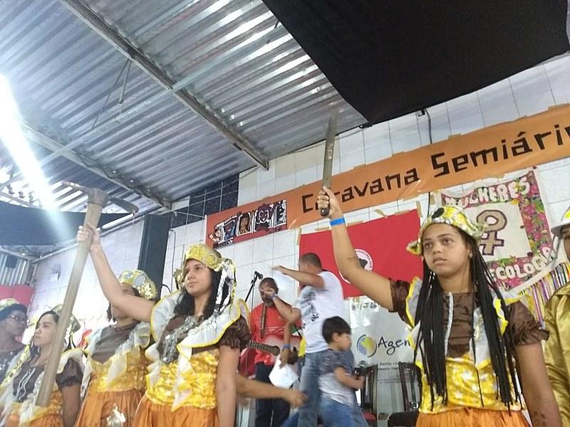 Apresentação cultural durante o ato político da Caravana contra a Fome em Feira de Santana (BA)