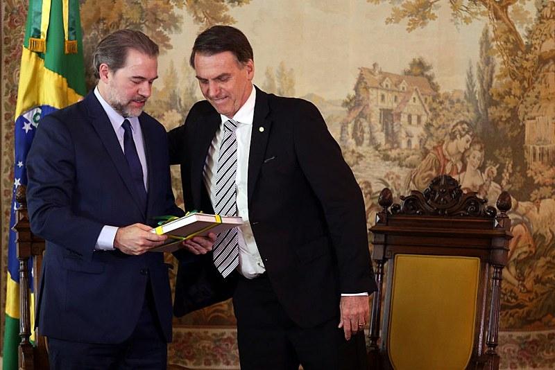 Dias Toffoli (esq.) é cumprimentado pelo presidente eleito Jair Bolsonaro (dir.)
