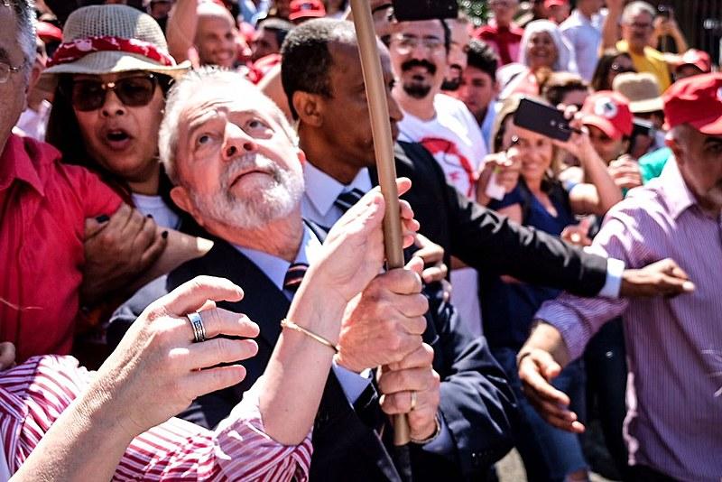 Lula foi recepcionado por uma multidão ao chegar no prédio da Justiça Federal para prestar depoimento.