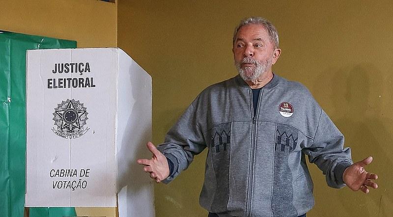 Lula durante a votação do primeiro turno das eleições municipais de 2016, em São Bernardo