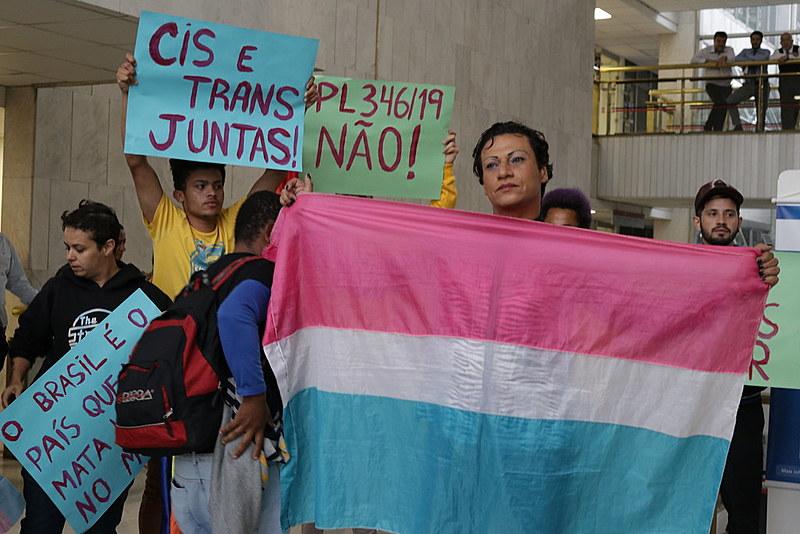 Manifestantes defendem a permanência de pessoas trans no esporte profissional