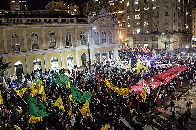 Ato unificado percorreu a cidade, da Esquina Democrática até a Faced, encerrando o dia de lutas na capital gaúcha