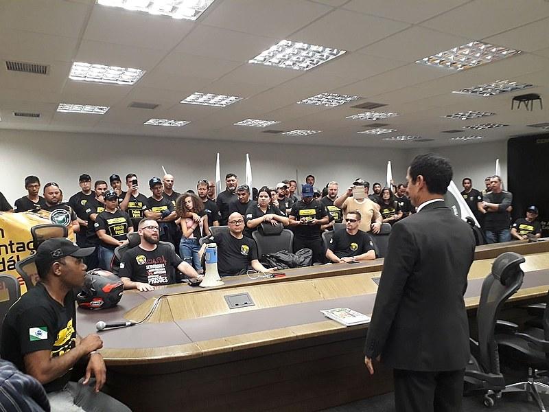 Agentes penitenciários de várias localidades do Paraná ocuparam a sala principal da Secretaria de Segurança Pública do Paraná