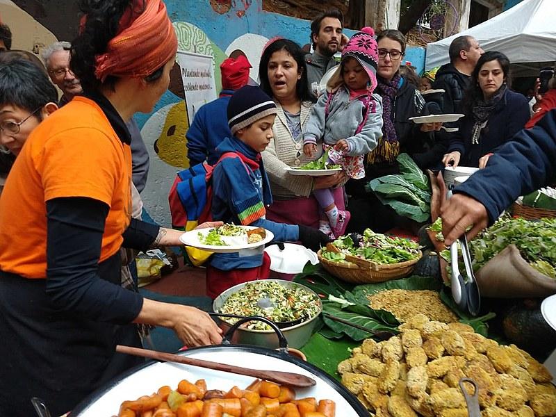 Evento serviu cerca de mil refeições preparadas por chefes e voluntários