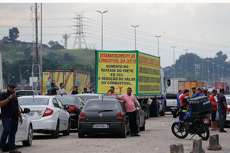 Caminhoneiros protestam contra a alta do diesel na BR-040 no RJ.