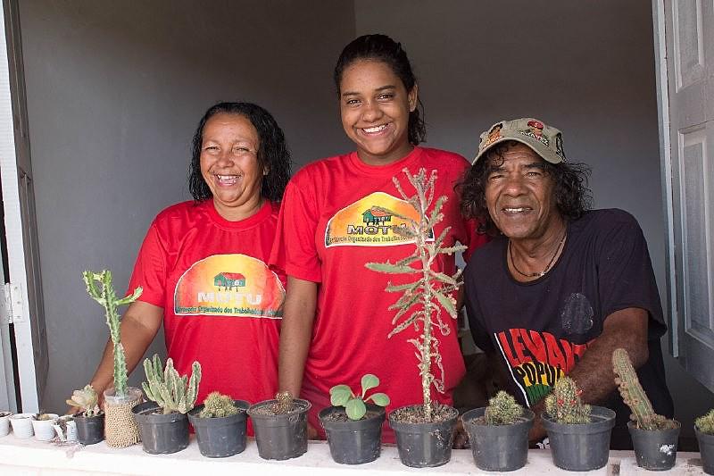 Dona Valdete Souza e sua família na sua casa nova, no conjunto Residencial Senador José Eduardo Dutra, no bairro Porto D'antas, em Aracaju