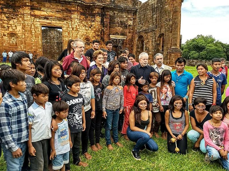 Indígenas da etnia Kaingang conversaram e tiraram fotos com o ex-presidente Lula