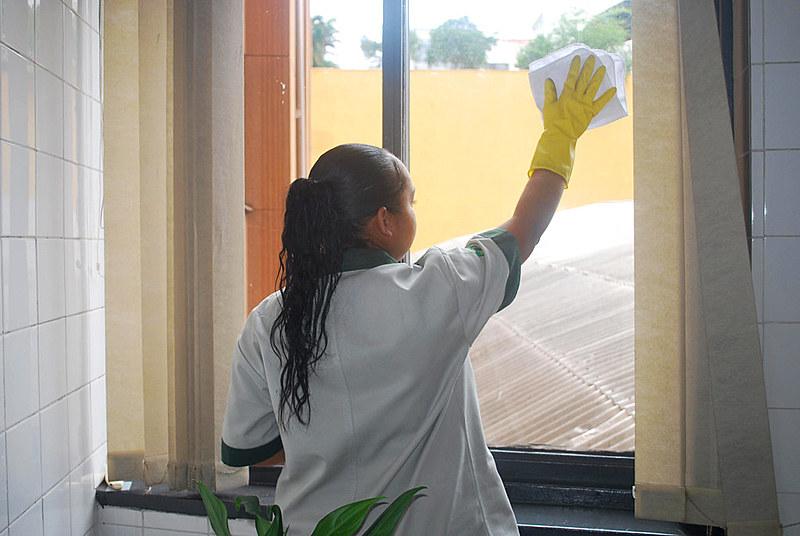 Além dos honorários não pagos, trabalhadoras cumprem as funções sem supervisão e muitas vezes têm que limpar, sozinhas, toda uma unidade