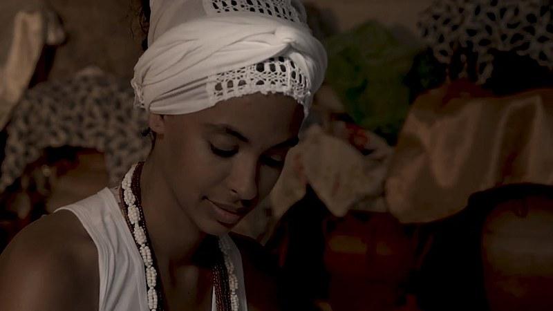Héloa, que assina a direção do curta, também participa narrando sua história com a religião africana, o Candomblé e o amor por Oxum
