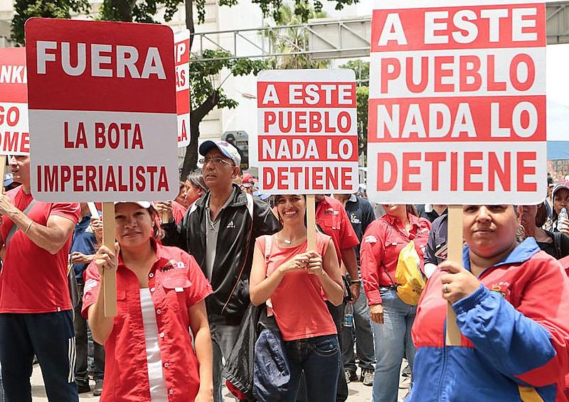 """Venezuelanos durante discurso de Nicolás Maduro no evento """"Fora da América Latina, Trump"""" em Caracas"""