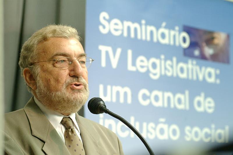 """""""Onipresença da televisão, da mídia tradicional continua tendo um papel importante"""", afirma o professor da USP"""