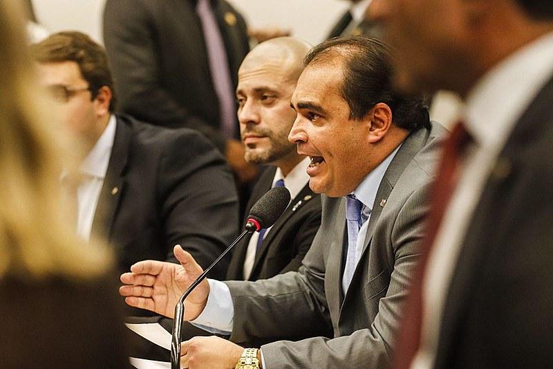Deputador Marcelo Freitas (PSL-GO), relator da reforma da Previdência, durante apresentação de voto favorável à matéria