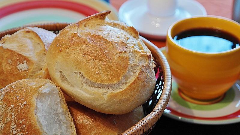 Café, sucos, pães e frutas são ótimos alimentos para compor o café da manhã diário