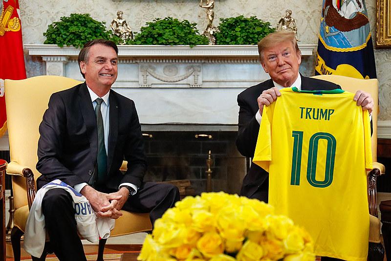 Bolsonaro entrega camiseta da seleção brasileira a Trump