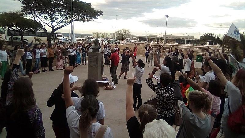 Mulheres durante ato político que homenageou, em Brasília (DF), vítimas de Brumadinho e lutadoras do campo popular
