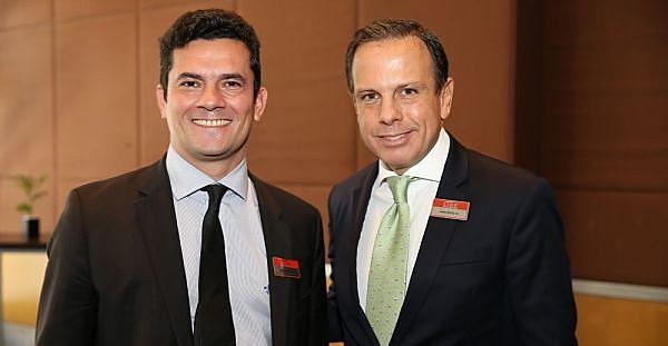 Sérgio Moro (esq.) não vê problemas em posar ao lado de João Dória (dir.), do PSDB