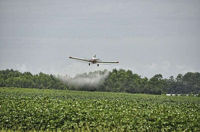 Pulverização de agrotóxicos por aviões podem contribuir para contaminação da água