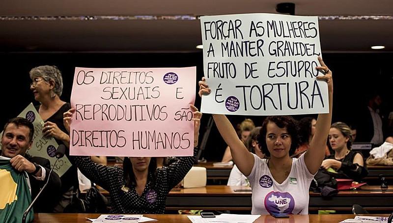 Mulheres protestam contra PEC 181 durante sessão da comissão que analisa a matéria na Câmara Federal