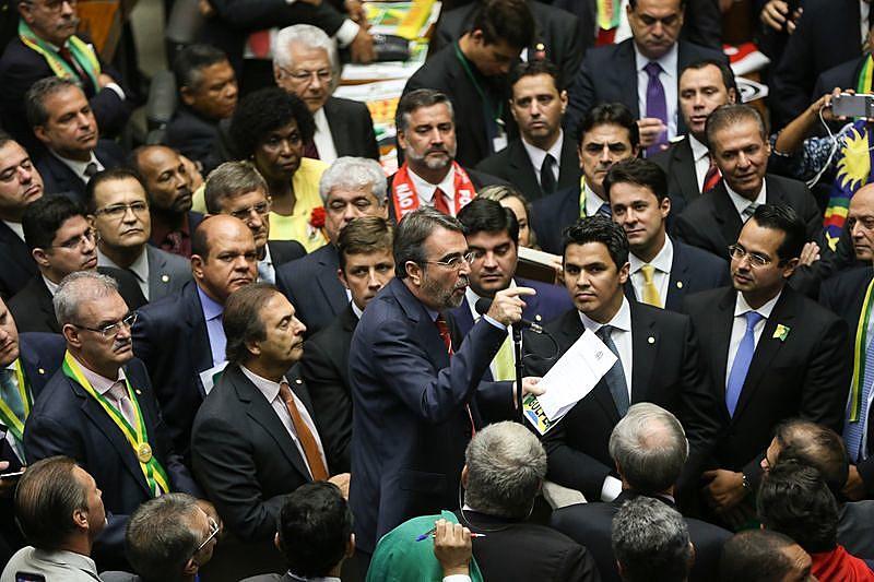 Deputados contrários ao impeachment argumentam na Câmara de Deputados, no histórico dia 17 de abril