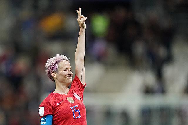 Na Copa do Mundo, jogadora da seleção estadunidense Megan Rapinoe se destaca dentro e fora dos campos