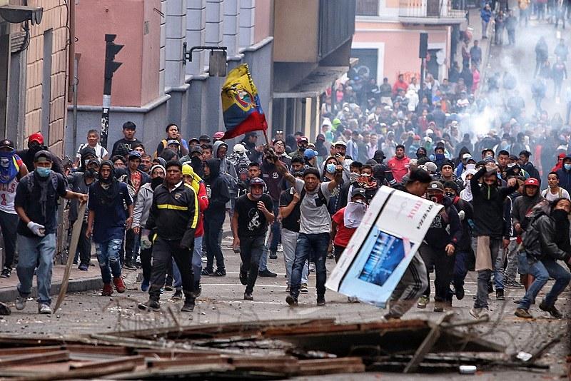 Protesto em Quito na segunda (7) é reprimido pela polícia; preço dos combustíveis subiu 120% após governo retirar subsídios para atender FMI