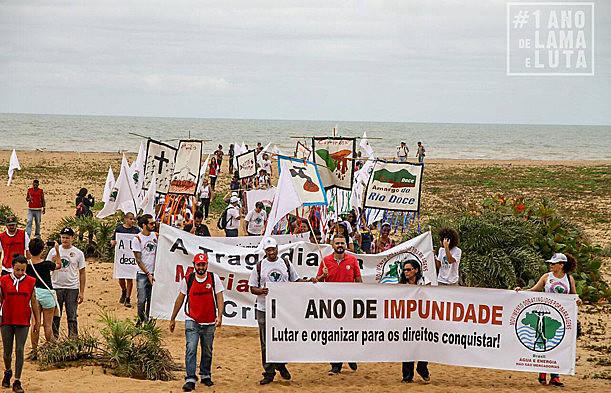 Caminhada vai até praia em Regência (ES), local onde a lama alcançou o mar