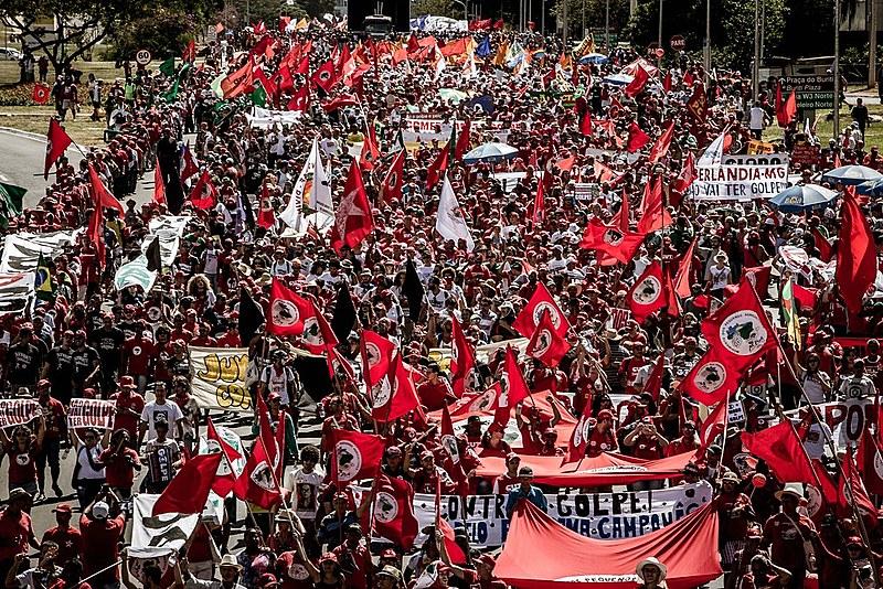 Manifestação contra o impeachment reuniu cerca de 100 mil pessoas em Brasília (DF) no último domingo (17), segundo organizadores