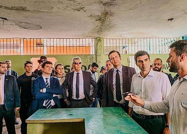 O coordenador da FTIP, Maycon Rottava, de óculos na mão, fala na presença do ministro Sergio Moro e do governador Helder Barbalho.