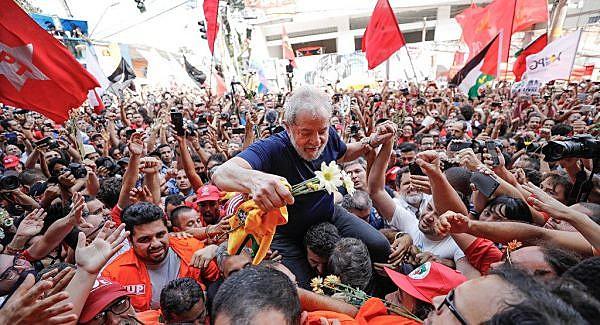 Lula quer abraçar e beijar as pessoas que estão na vigília Lula Livre