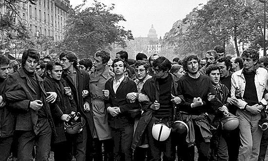 """Foto de Bresson: """"Estudantes marchando em Paris"""", 1968"""
