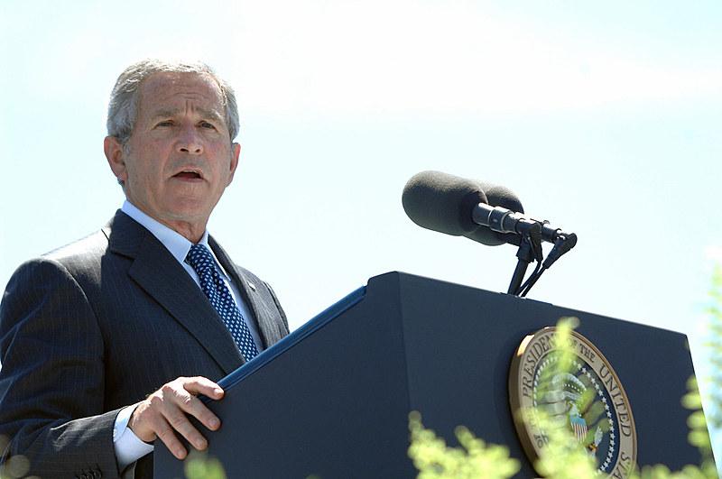 George W. Bush, presidente cuja gestão iniciou a invasão do Iraque