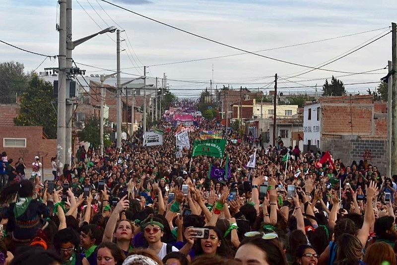 Uma multitudinária marcha nas ruas de Trelew marcou o encerramento do Encontro Nacional de Mulheres na Argentina