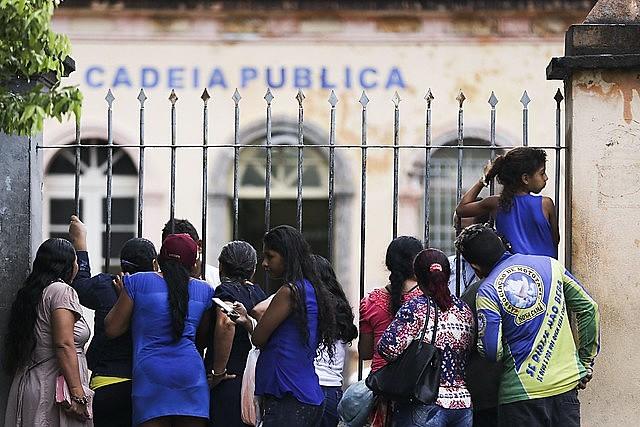 Famílias de presos, em sua maioria mulheres, reivindicam o direito à visita