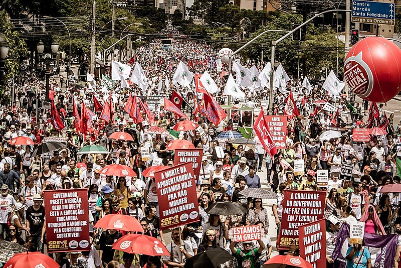 A multidão gritava palavras de ordem contra o governo golpista de Michel Temer (PMDB) e também contra o governador Beto Richa (PSDB)