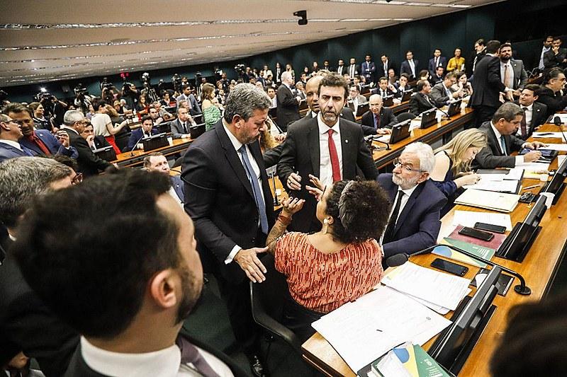 Deputados durante sessão da CCJ na Câmara dos Deputados