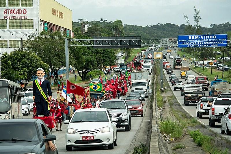 """""""São milhares de pessoas estão chegando à capital pernambucana depois de percorrerem mais de 120 quilômetros com parada em sete municípios"""""""