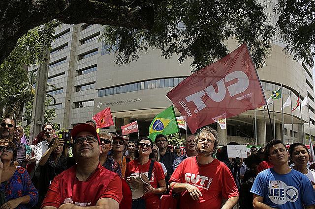 Social movements in Brazilian city of Porto Alegre take to the streets to defend former President Luiz Inácio Lula da Silva