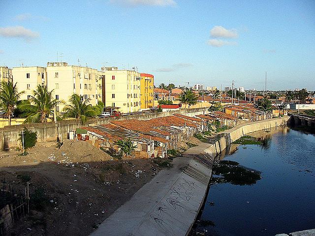 Aguas residuales a cielo abierto en la Favela Cidade de Deus, en Fortaleza, ciudad de Ceará, en la región nordeste de Brasil