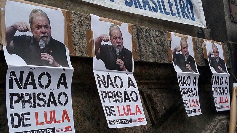 Escadaria da Câmara Municipal do Rio foi palco de protesto em defesa do ex-presidente