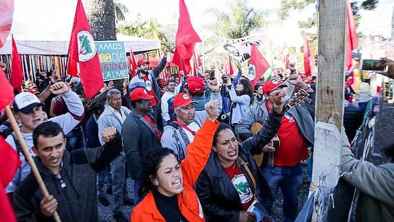 Mais de 400 militantes gritam ''Bom Dia Presidente Lula'', nesta segunda-feira (24)