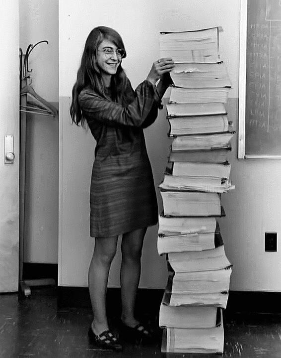 Margaret Hamilton junto ao código que escreveu com sua equipe para Apollo 11