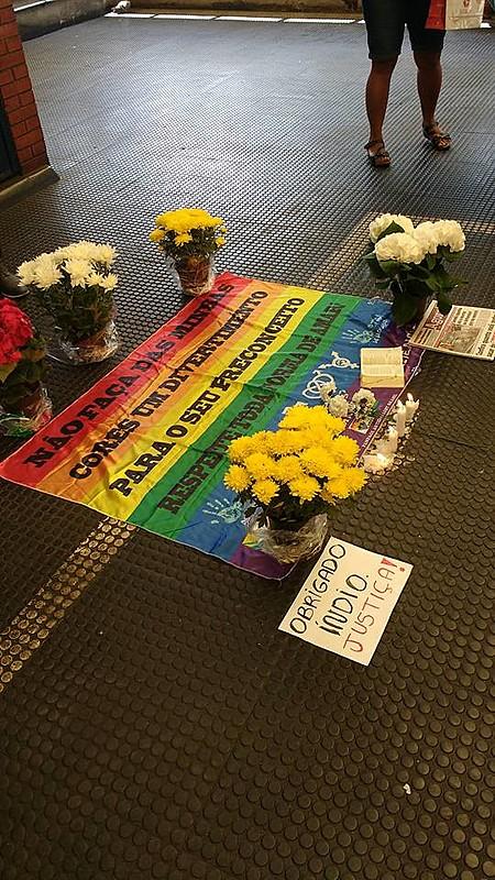 Bandeira da causa LGBTT e velas foram colocadas em frente às catracas da estação Pedro II do Metrô