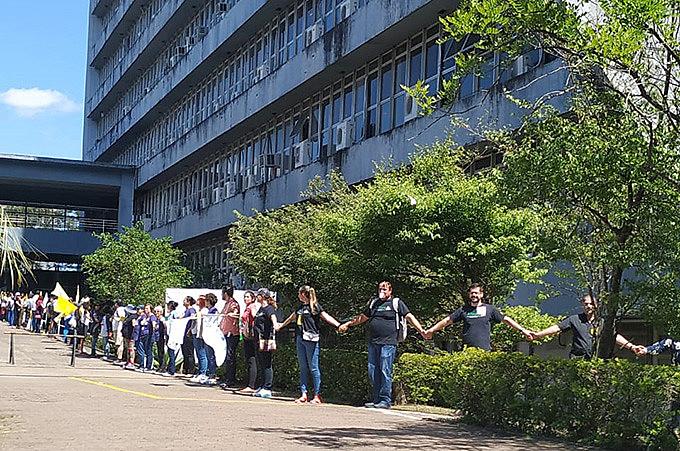 Manifestação marcou uma semana da greve que unificou os servidores públicos do RS