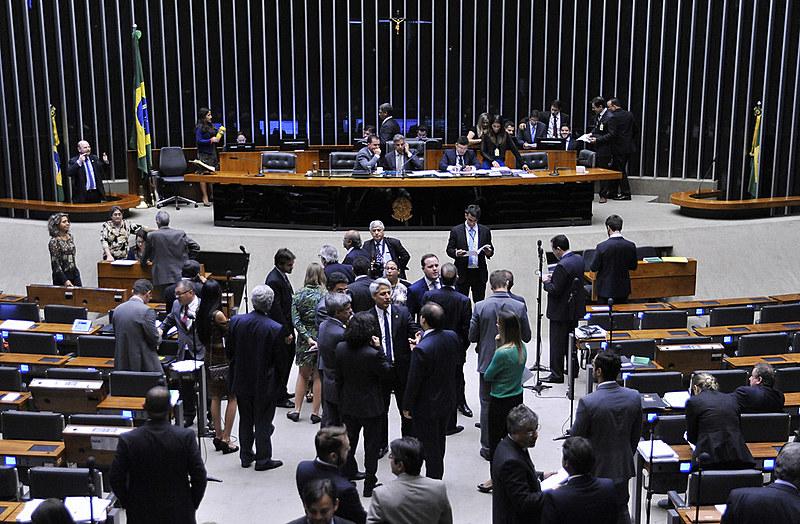 Deputados reunidos em sessão extraordinária nesta terça-feira (13) no plenário da Câmara