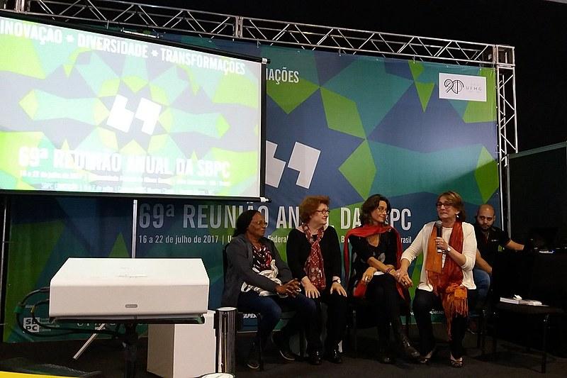 Ex-presidenta da SBPC, Helena Nader se emociona em lançamento de livro