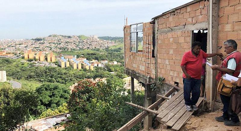 Educadora analisa que algumas das atitudes da própria prefeitura têm contribuído para que famílias voltem a morar em áreas perigosas