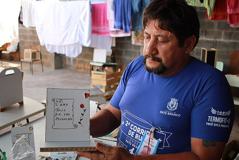 Paulo Roberto dos Santos aproveitou as técnicas aprendidas na Apac para fazer uma placa em homenagem à mãe e presenteá-la no dia 8 de março