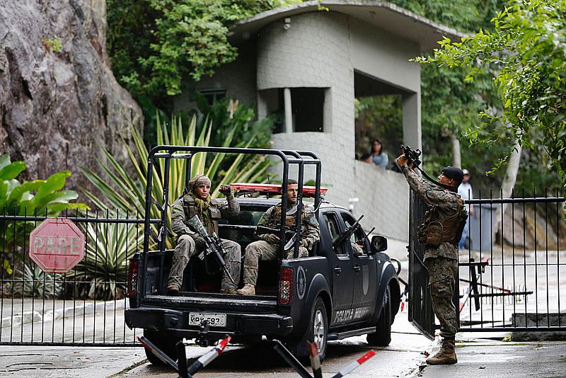 Soldados do exército circulam pelo Rio de Janeiro durante ações da intervenção federal na segurança publica do estado