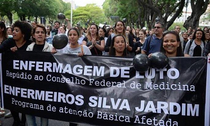 Enfermeiros e pacientes protestam contra decisão que limita atuação da categoria em frente ao Cremerj