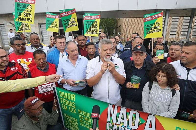 Metalúrgicos participaram da primeira atividade da Jornada de lutas em defesa de empregos e direitos, na porta da Volkswagen